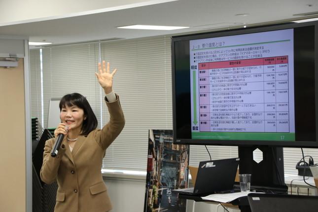 「介護の鉄則は早期発見、早期対策」と語る、パソナライフケアの継枝綾子さん(北九州市が開いた「介護Uターン」セミナーで)