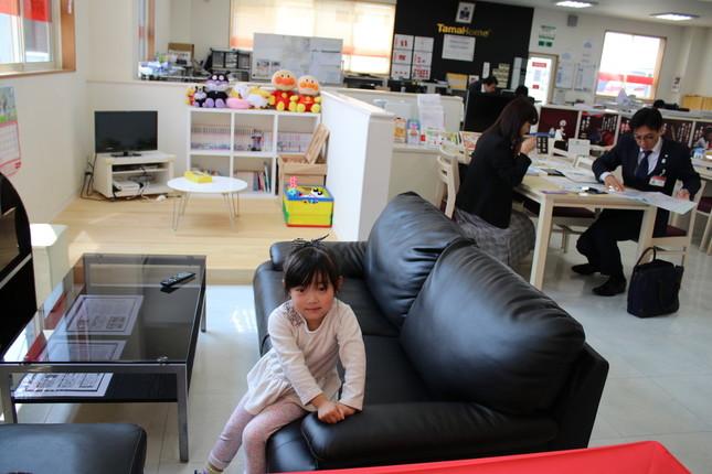 職場のキッズスペースで絵本を読んだりしている遠藤あさひちゃん