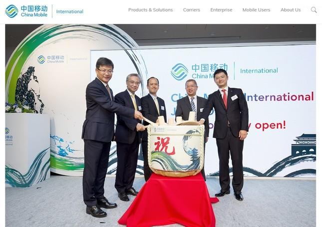 チャイナモバイル日本法人の開所式で。(左から)チャイナモバイル・インターナショナルの李鋒・董事長兼最高経営責任者、在日中国大使館の宋耀明・経済商務公使、総務省の高木誠司・国際戦略局次長、チャイナモバイルの簡勤・副社長、チャイナモバイル・インターナショナル・日本オフィス統括責任者の浜田明氏。(チャイナモバイルのホームページより)