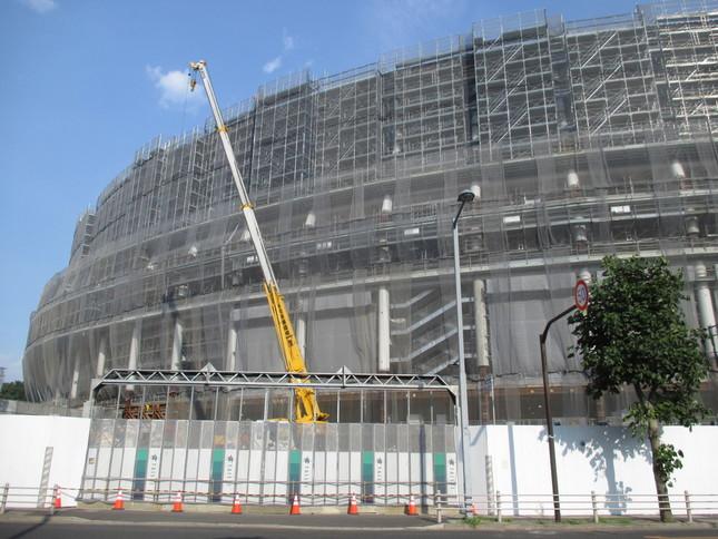 建設中の新国立競技場。東京五輪のマラソンの発着場所にもなる。