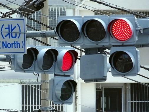 日本は信号機が多すぎる!?