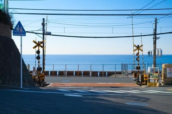 アニメ、「聖地巡礼」で地域経済にも好影響(写真は、スラムダンクの「聖地巡礼」江ノ電・鎌倉高校駅前の踏切)