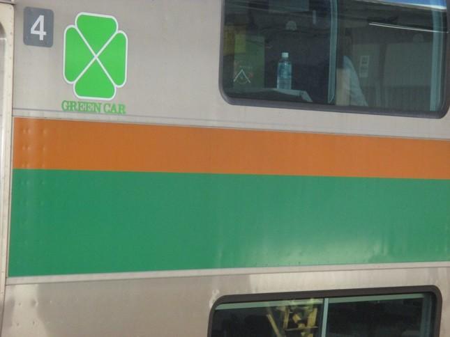 JRのグリーン車。なぜか「四つ葉のクローバー」が描かれている。