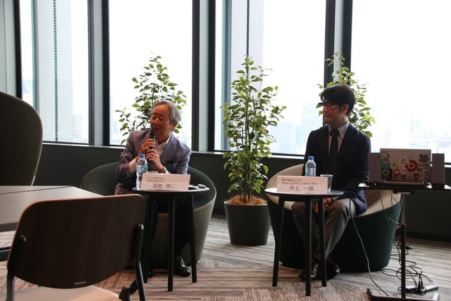 AGC専務取締役CFOの宮地伸二氏(左)とジンズ Think Labプロジェクトリーダーの井上一鷹氏(2018年9月14日、AGC本社の「スカイテラス」で)