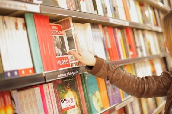 書店は経費節減と複合型店舗で生き残り