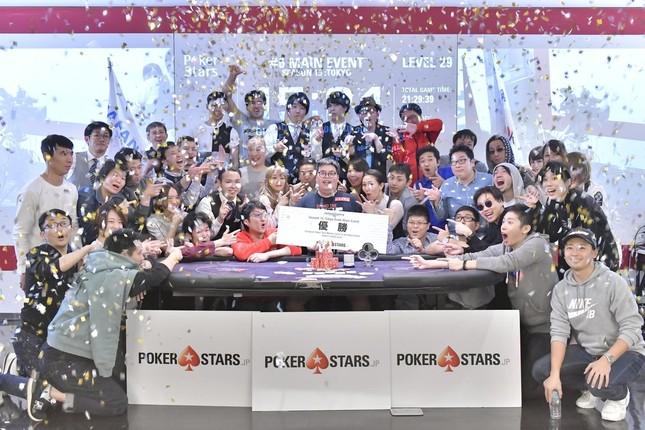 ジャパンオープンポーカーツアーTOKYO大会で優勝したアランさん(中央)