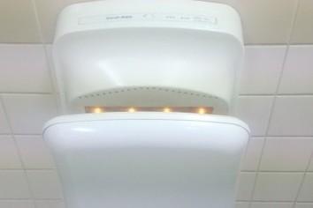 職場の女子トイレ、歯ブラシをハンドドライヤーで乾かすってアリ?