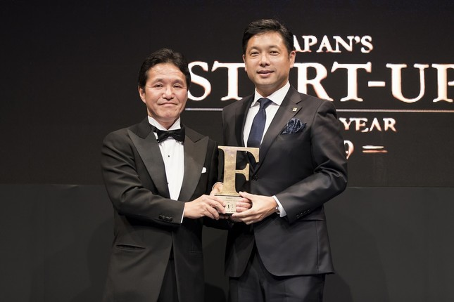 Forbes JAPAN「日本の起業家ランキング 2019」の授賞式(右が「アストロスケール」の岡田光信CEO)