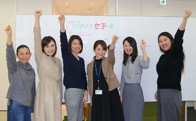 「女子会忘年会」企画で盛り上がる女性社員(東京・赤坂のサイエスト本社で)