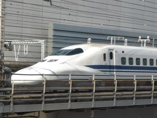 東京の都心を走る新幹線の列車。車型から見て多分「のぞみ」だろう。僕はまだ一度も乗ったことがない。