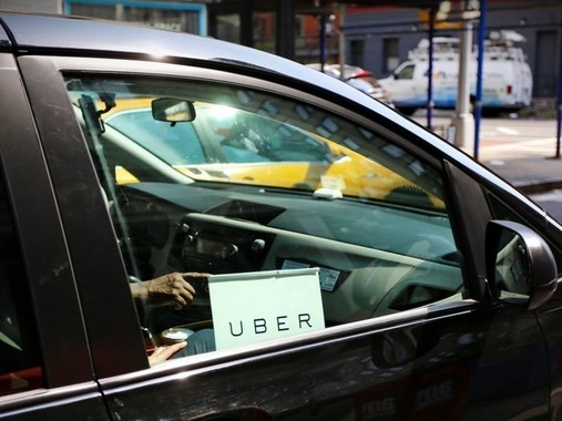 「UBER」を使って「営業中」の自家用車。創業者のギャレット・キャンプ氏によると「UBER」は「すごいもの」を表す言葉という。