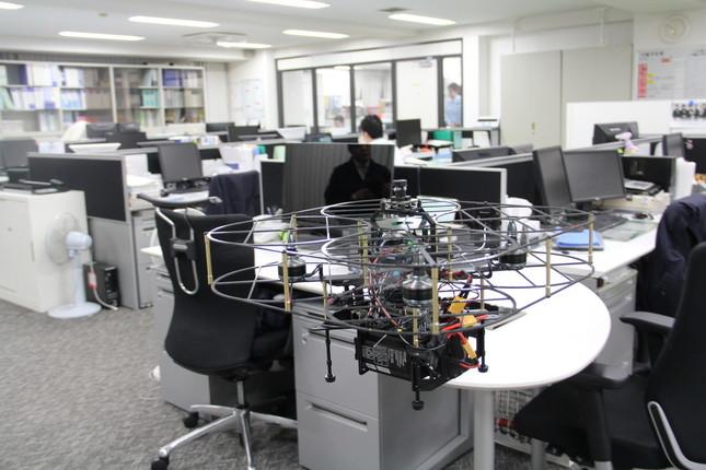 オフィスを巡回して回るドローン「T-FREND」(東京都新宿区の大成本社で)