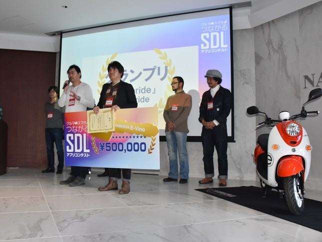 グランプリに選ばれた「Instaride」の応募者「Instaride」の2人と、特別賞の応募者ら