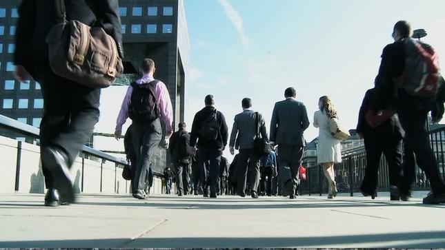 4月からは、社会人1年生らが加わり通勤の群れが膨らむことになる