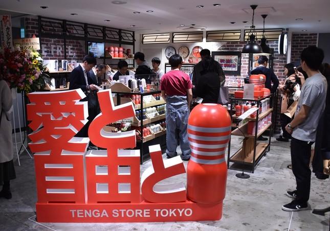 リニューアルオープンした阪急メンズ東京に出店した「TENGA STORE TOKYO」。さっそく多くの人でにぎわう。