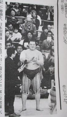 2019年の大相撲春場所の千秋楽で、観客とともに三本締めをする横綱白鵬。(2019年3月25日付の読売新聞朝刊から)