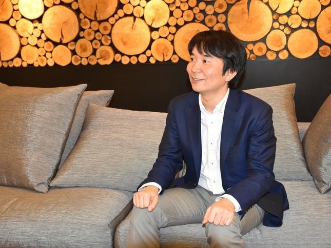 インタビューに答えるフライヤーの大賀康史代表取締役CEO