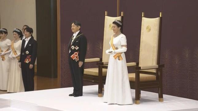新しい天皇陛下は即位後朝見の儀で上皇さまの「強い御心」を受け継ぐ決意と述べた(2019年5月1日、皇居・松の間で)