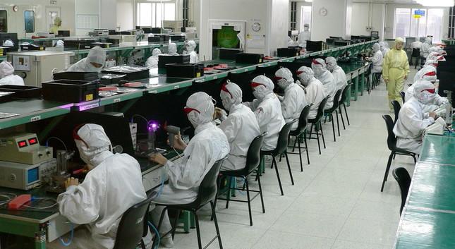 中国・深圳のエレクトロニクス製品の工場。中国が米ドルを蓄えるうえで大きな役割を果たしているが…(By Steve Jurvetson from Menlo Park, USA - glue worksUploaded by Zolo, CC BY 2.0, https://commons.wikimedia.org/w/index.php?curid=9968048)