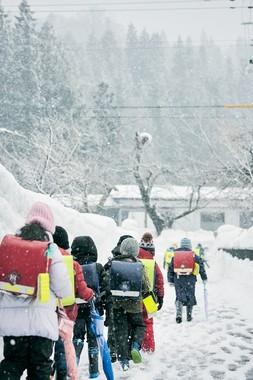 秋田県東成瀬村の冬の登校風景。東成瀬村は県内でも屈指の豪雪地として知られる。