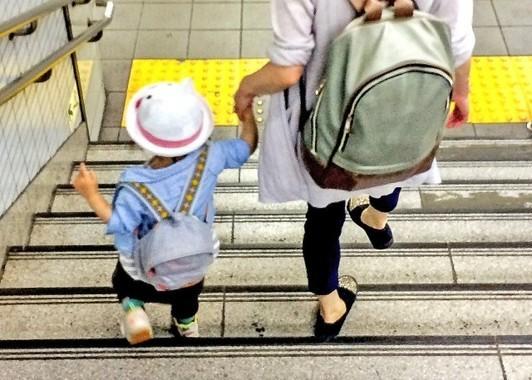 子連れ出勤をする母子(写真はイメージです)