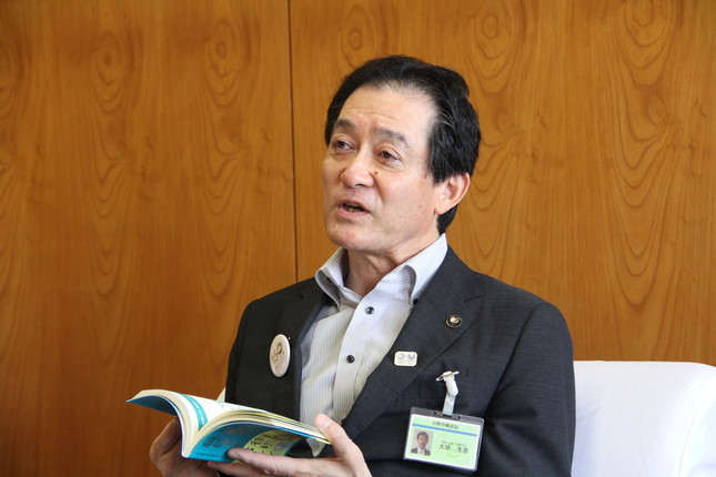 「日野市の等身大の姿が満載の一冊」と大坪冬彦市長は話す。
