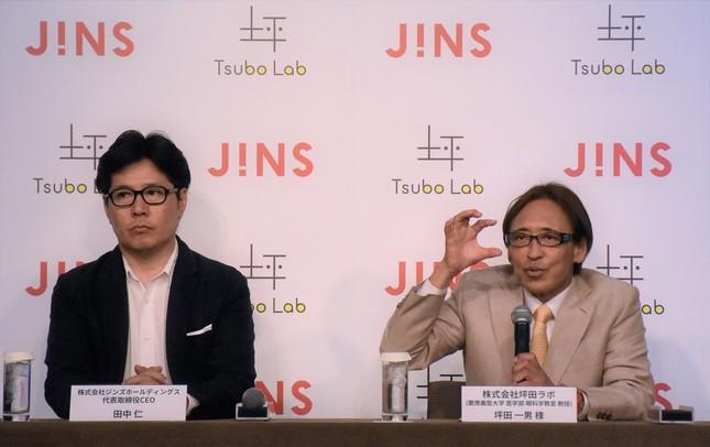 共同プロジェクトを発表したジンズの田中CEO(左)と、坪田ラボ社長を務める、慶大眼科学教室の坪田教授(東京都港区)
