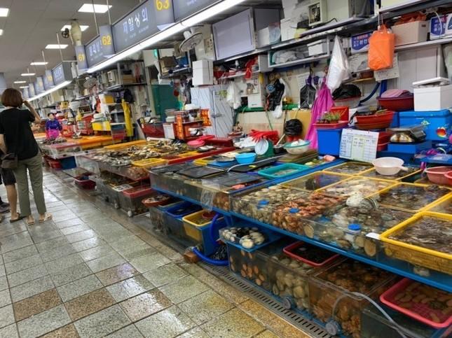 新鮮な魚介類が並ぶ、釜山の名物市場「国際市場(クッチェシジャン)」
