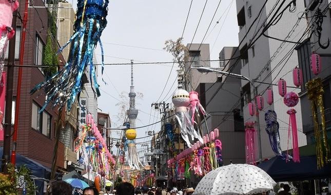 東京都内のお祭りには近年、インバウンド客の姿が目立つようになっている