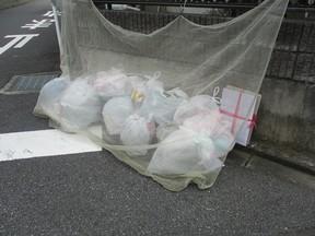 レジ袋は確かに、ごみ出しのときに便利なのだけど……。(埼玉県のわが家の近くで)