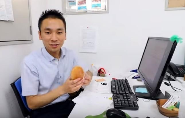 昼食は職場でコンビニのパン(日本のサラリーマンの1日に完全密着!動画より)