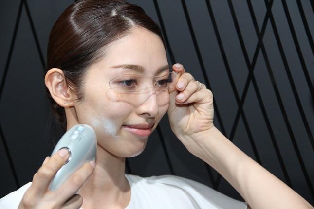極薄膜のヴェールを顔に噴射して使う(花王の事業展開発表会で)