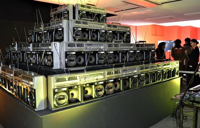 TURBOSONICとMARUOSAのコラボブース。大型ヴィンテージラジカセからビートの効いた音楽が飛びだす。