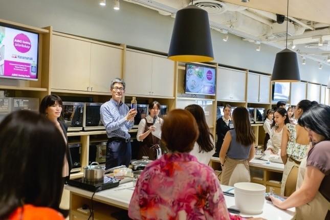 初の海外進出 タイのABC Cooking Studioで(ハナマルキ提供)
