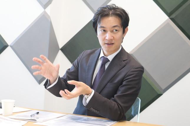 インタビューに応じるテクノスジャパンの吉岡隆社長