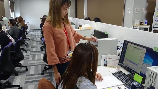小川眞央さんは、オペレーターがお互いに助け合い、気持ちよく働けるよう心掛けている