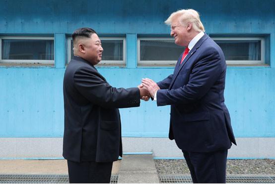 かつては手と手を取り合ったトランプ大統領と金正恩委員長(労働新聞ウェブサイトより)