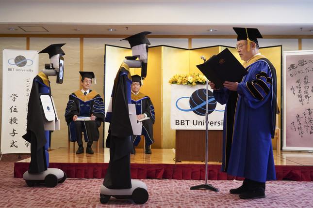 卒業生に代わってアバターが大前学長から卒業証書を受け取る