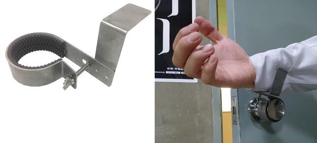 握り玉式のドアノブに「ノブフック#1」(左)、腕やヒジを使って扉を開閉できる