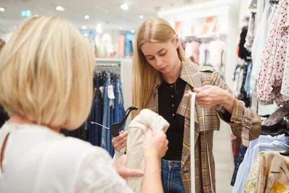 洋服を手にとって買い物。こういったシーンは少なくなるのか(写真はイメージ)