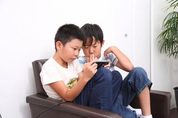 ゲームに熱中する子ども(写真はイメージ)