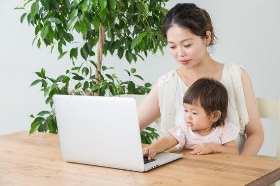 幼児を抱っこしたままのWeb会議はアリ?(写真はイメージ)