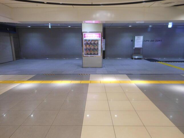 緊急事態宣言で利用者が減り閉じられた東京駅地下改札口