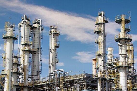 三菱商事はその生い立ちから資源価格の影響を受けやすい(写真は石油精製所のイメージ)