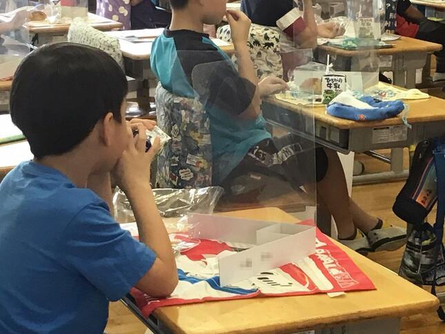 透明な「衝立」で教室の子どもたちをガード(リンクスの「飛沫飛散ガード」小学校での導入例)