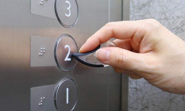 エレベーターのボタンも「サワレール」でポチッ!
