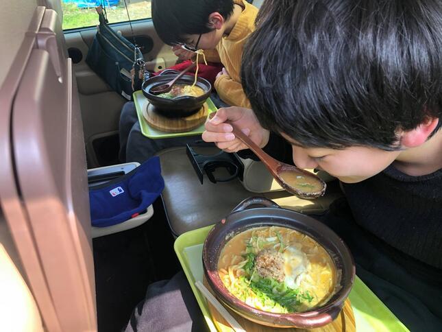 イートインカーサービスの食事風景(長野県小布施町のラーメン店「たけさん」)
