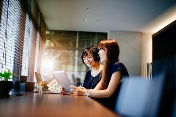 資産運用について相談する女性