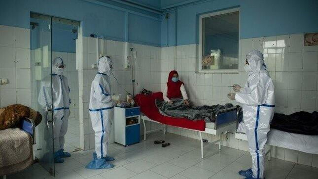 新型コロナウイルス感染症を治療しているアフガニスタンの女性病棟(ICRC提供)