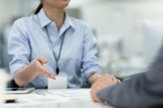 投資信託を販売する女性